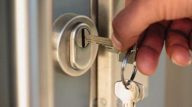 Verrouillé avec clé dans la porte, clé laissée de l'autre côté de la serrure?